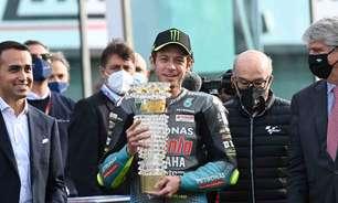 Rossi é homenageado pela MotoGP e recebe troféu após última corrida em solo italiano