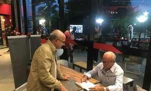Ao L!, Júnior, ídolo do Flamengo, comemora lançamento do livro 'Maestro': 'Uma honra muito grande'
