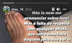 Chay, do Botafogo, reclama após sofrer entrada violenta contra o Goiás