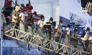 Navio com 367 pessoas salvas no mar atraca na Itália