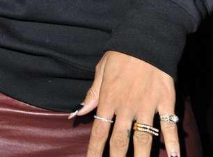 Com rainha e dinheiro, Rihanna lança moda com print nas unhas