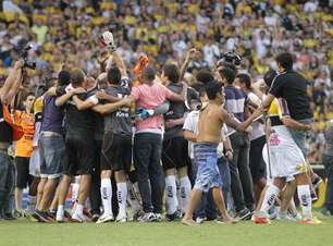 Criciúma segura Atlético-PR e retorna à Série A após oito anos