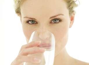 Beber água previne a acne; veja mais benefícios para a pele