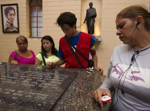 Um mês após morte, sepulcro de Chávez ainda atrai multidão