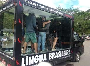'Beijaço' da Reserva anda pelas ruas do Rio e mexe com o público