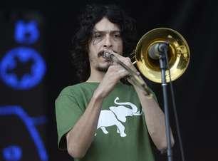 Com funk e swing brasileiro, BNegão agita os fãs no Planeta Terra Festival