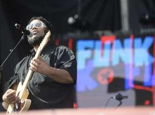Groove de BNegão anima o público no palco principal do Planeta Terra