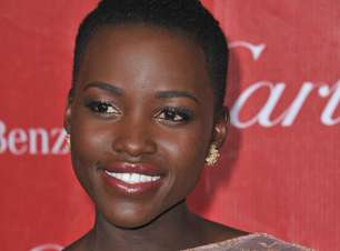 Lupita Nyong'o usa óleo natural para manter a pele hidratada