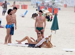 Carol Francischini curte praia na companhia de três amigos