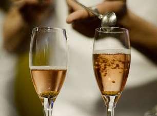 Noivos brindam com drinque de ouro que custa R$ 800 a taça