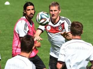 Schweinsteiger e Khedira voltam aos treinos na seleção alemã