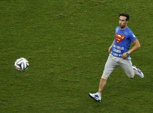 Torcedor com camisa do Super-Homem invade campo em Salvador