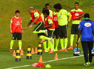 Seleção treina na Granja e Willian deixa gramado com dor
