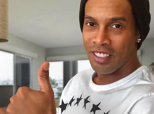 Pura ostentação: Ronaldinho exibe relógio dado por LeBron