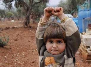 Menina síria comove internautas ao confundir câmera com arma