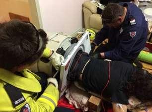 Tá limpo? Bombeiros libertam jovem preso em máquina de lavar