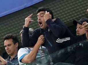 Maradona mostra dedo do meio ao celebrar gol da Argentina
