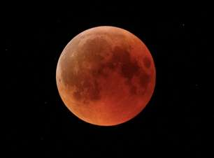 'Lua de sangue' encanta no maior eclipse lunar do século 21