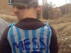 Talibã ameaça menino que fez camisa de plástico de Messi