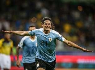 Com Cavani inspirado, Uruguai arrasa Equador na estreia