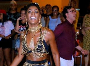 Sato e Januza: correntes dão up em look básico para o Carnaval