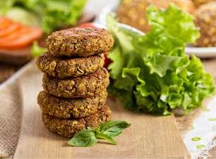 Vegan: hambúrguer de lentilha e smoothie de ervilha