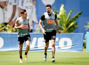 Atacante faz trabalho específico no campo na volta dos treinos do Corinthians