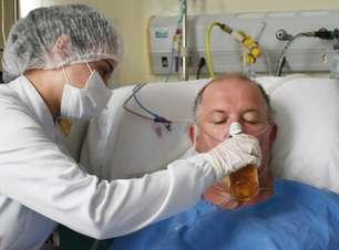 Paciente com covid toma cerveja em hospital após deixar UTI