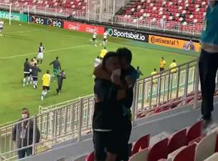 Rafinha viraliza ao vibrar muito com gol da classificação do Coritiba na Copa do Brasil; veja o vídeo