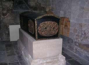 Feto no caixão de bispo era provavelmente seu neto