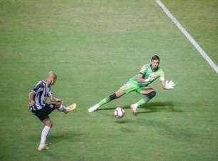 Matheus Mendes defende pênalti em vitória do Atlético-MG
