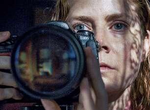 """Estreia Netflix: """"A Mulher na Janela"""" entrega bom suspense, mas derrapa no final"""