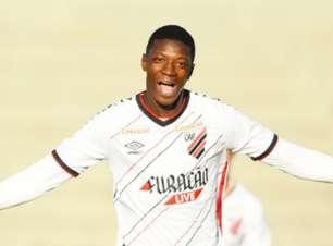Matheus Babi comemora primeiro gol e fala em evolução no Athletico
