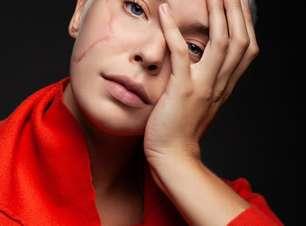 Modelo com cicatrizes no rosto estrela campanha de beleza