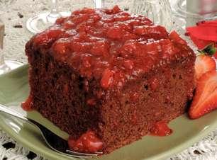 Receita deliciosa de bolo de chocolate com calda quente de morango