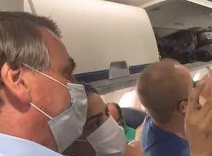 """""""Quem fala 'fora Bolsonaro' devia estar viajando de jegue"""", diz presidente em voo comercial"""