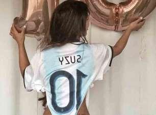 Modelo Suzy Cortez vai ao treino da Argentina dar água de seu banho a Messi