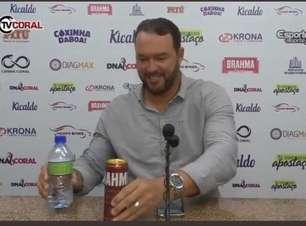 Em apresentação oficial, técnico do Santa Cruz recria meme de Cristiano Ronaldo: 'Cerveja não... Água'