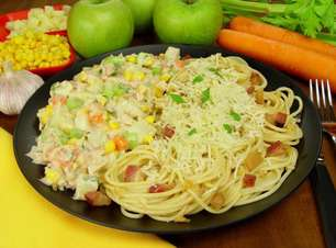 Espaguete alho e óleo com maionese de atum delicioso