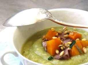 Sopa de ervilha com carne cozida e cevadinha