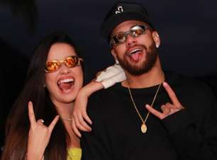"Juliette tá on! Campeã do ""BBB 21"" recebe óculos e posa com Neymar"