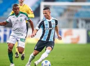 Torcida do Grêmio protesta antes de embarque do time para Salvador