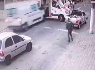 Homem rouba ambulância e bate em viatura de PM na fuga; veja