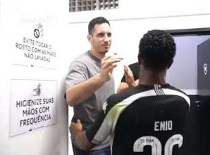 Bastidores: sem muletas, Gatito marca presença no vestiário do Botafogo em vitória na Série B