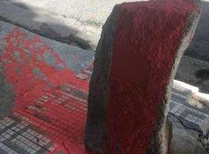 Monumento a Marighella amanhece coberto de tinta vermelha