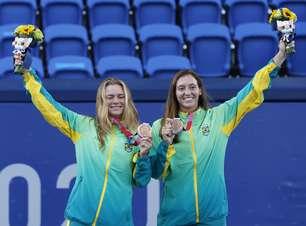 Tenistas brasileiras recebem bronze e se emocionam no pódio