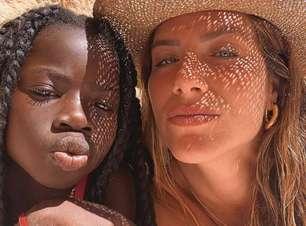 Giovanna Ewbank e Titi fazem pose em praia do Algarve