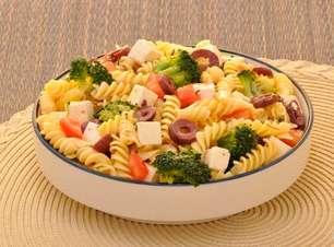 Salada de macarrão e brócolis