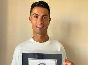 CR7 posa com certificado do Guinness após bater recorde