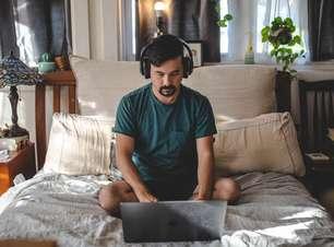 Fazer home office deitado na cama deixa você mais criativo